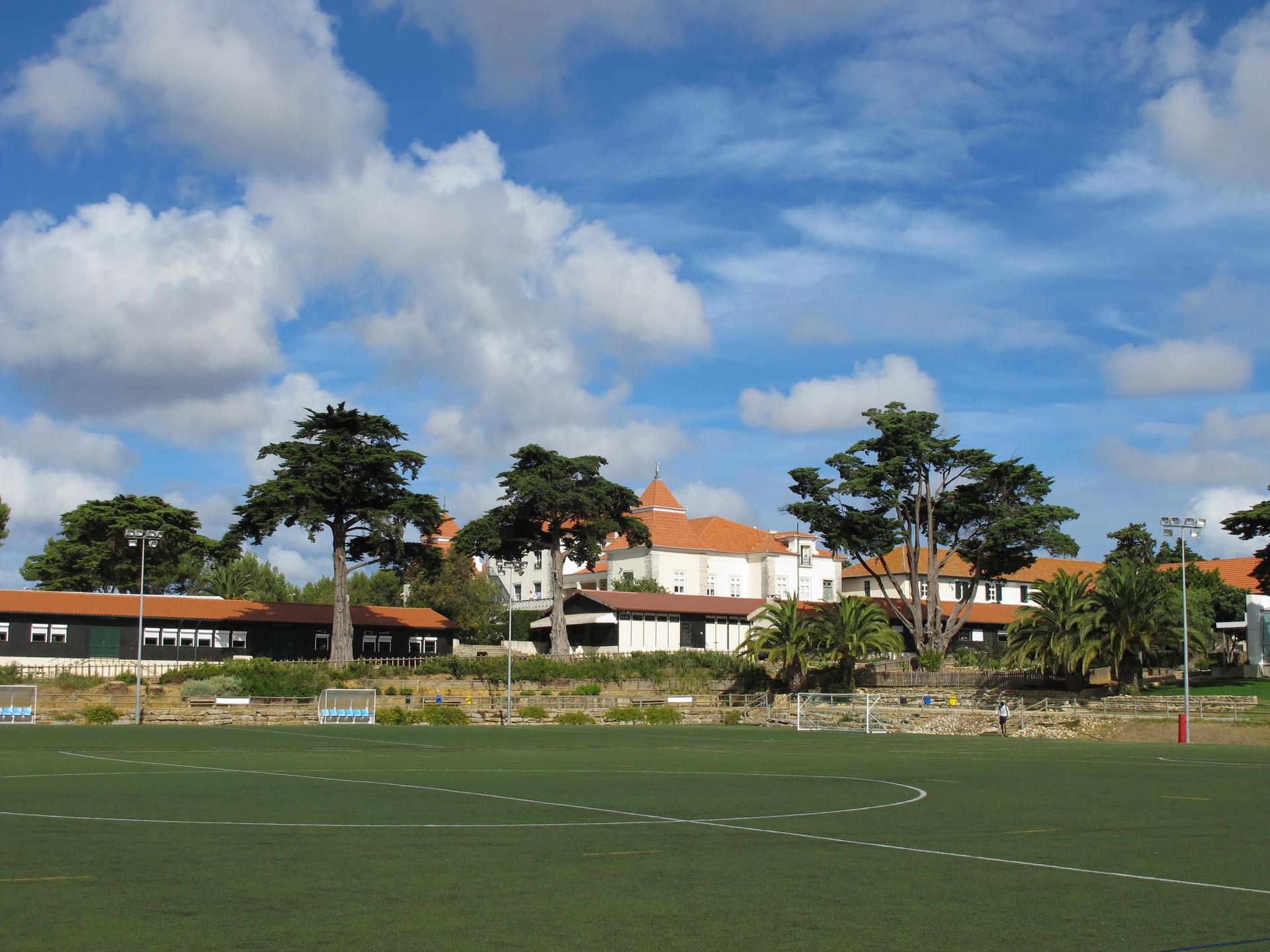 Groupe scolaire St. Julian depuis le terrain de football