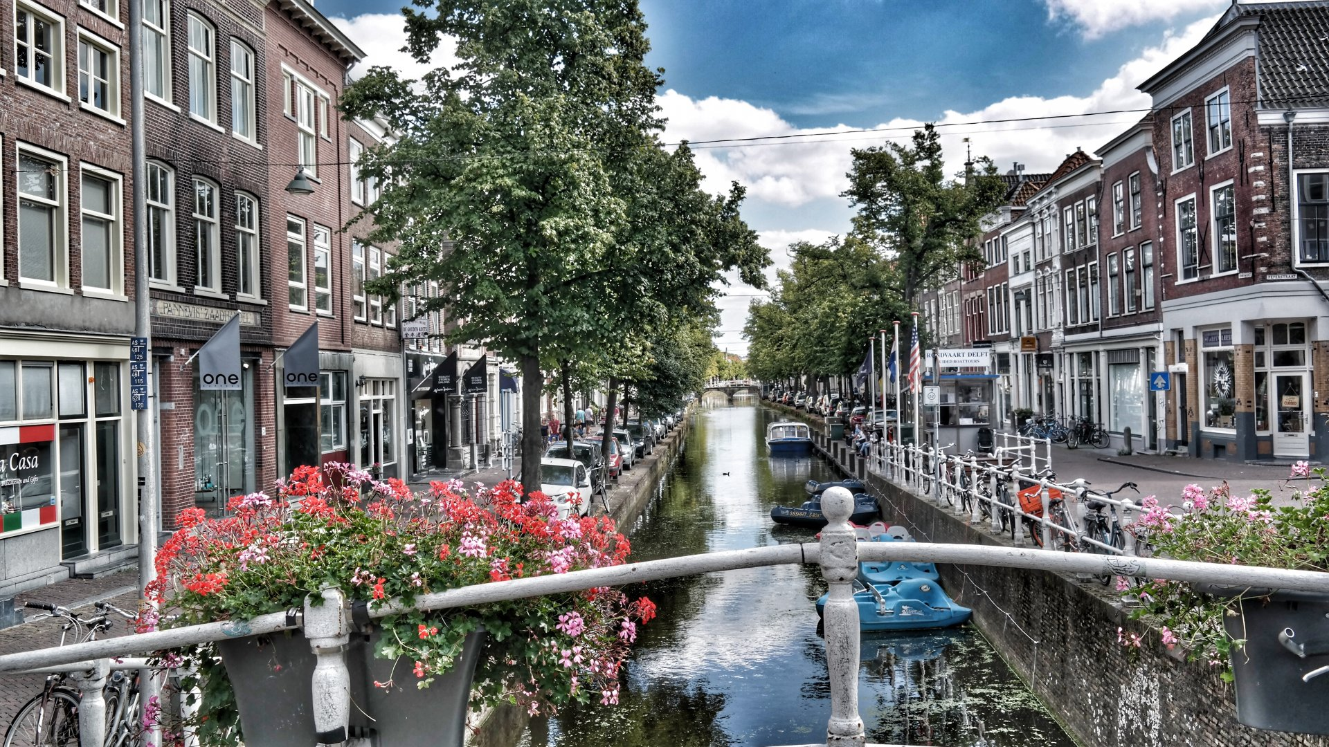 architecture_bridge_buildings_canal_city_daylight_exterior_family_home_house_outdoors_sight_street_t