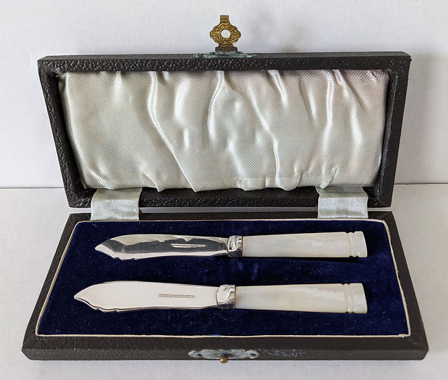 Cased set ofArt Deco Matching Pair Mother of Pearl Butter Spreaders