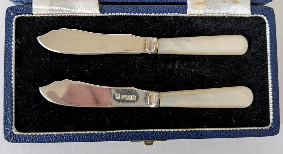 ANTIQUE SOLID SILVER PEARL BUTTER KNIVES SET BOX HALLMARK SHEFFIELD 1961 VGC 35g