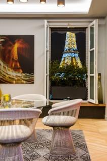 """Photo """"La Tour Eiffel qui danse"""" - et à travers la fenêtre, la Tour Eiffel. Apartment Avenue Président Wilson. Architecte d'intérieur: Gérard Faivre. https://www.gerardfaivreparis.com/reportages/platform_2016.html"""