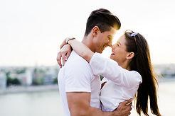Étreignant couple heureux