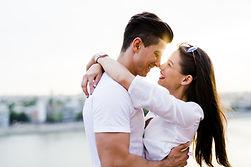 Счастливая пара обниматься