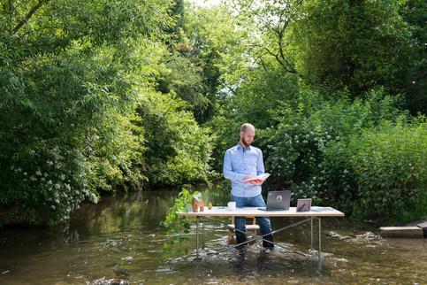 Mann in Wasser Schreibtisch Fotografin Tanja Meißner Karlsruhe