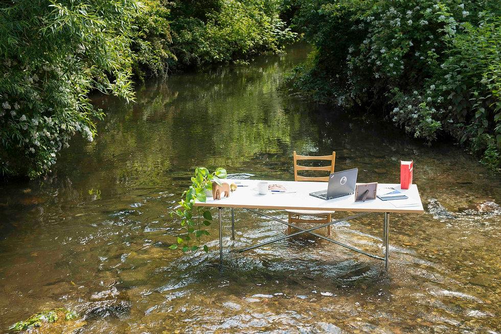 Meissner Fotografie in Karlsruhe Fluss Alb Arbeitsplatz draußen Homeoffice Natur Bäume Sommer lichtdurchflutet