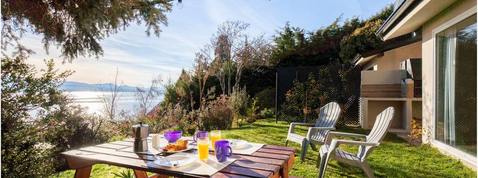Mesa desayuno en el jardín