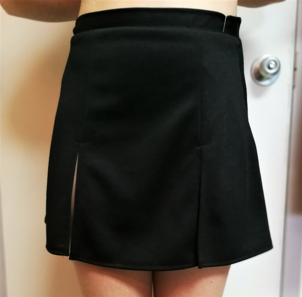 Jupe-noire-avec-fente-devant.jpg