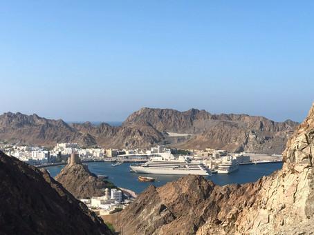 Maskat - hinter den Vulkanfelsen der Omanischen Metropole