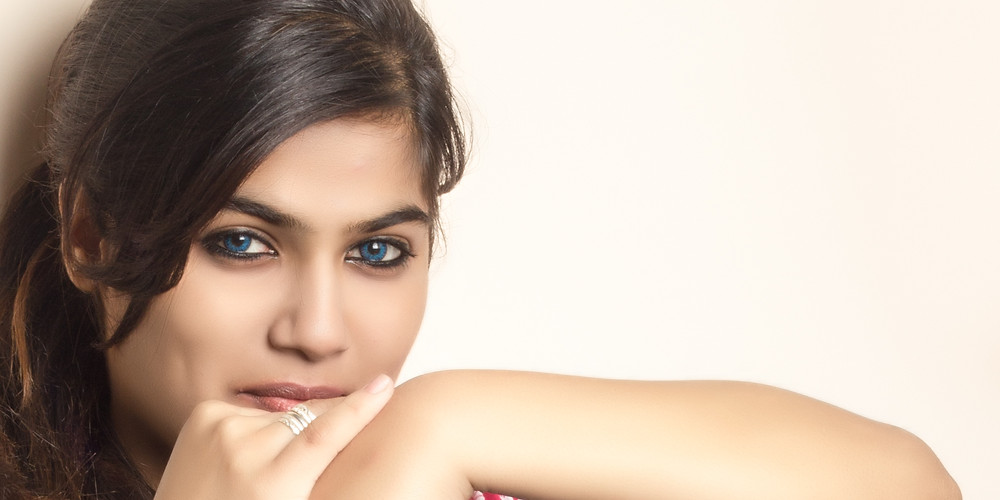 For a day shoot, you want a radiant natural look, so its best to use nude/natural shades of eye shadow