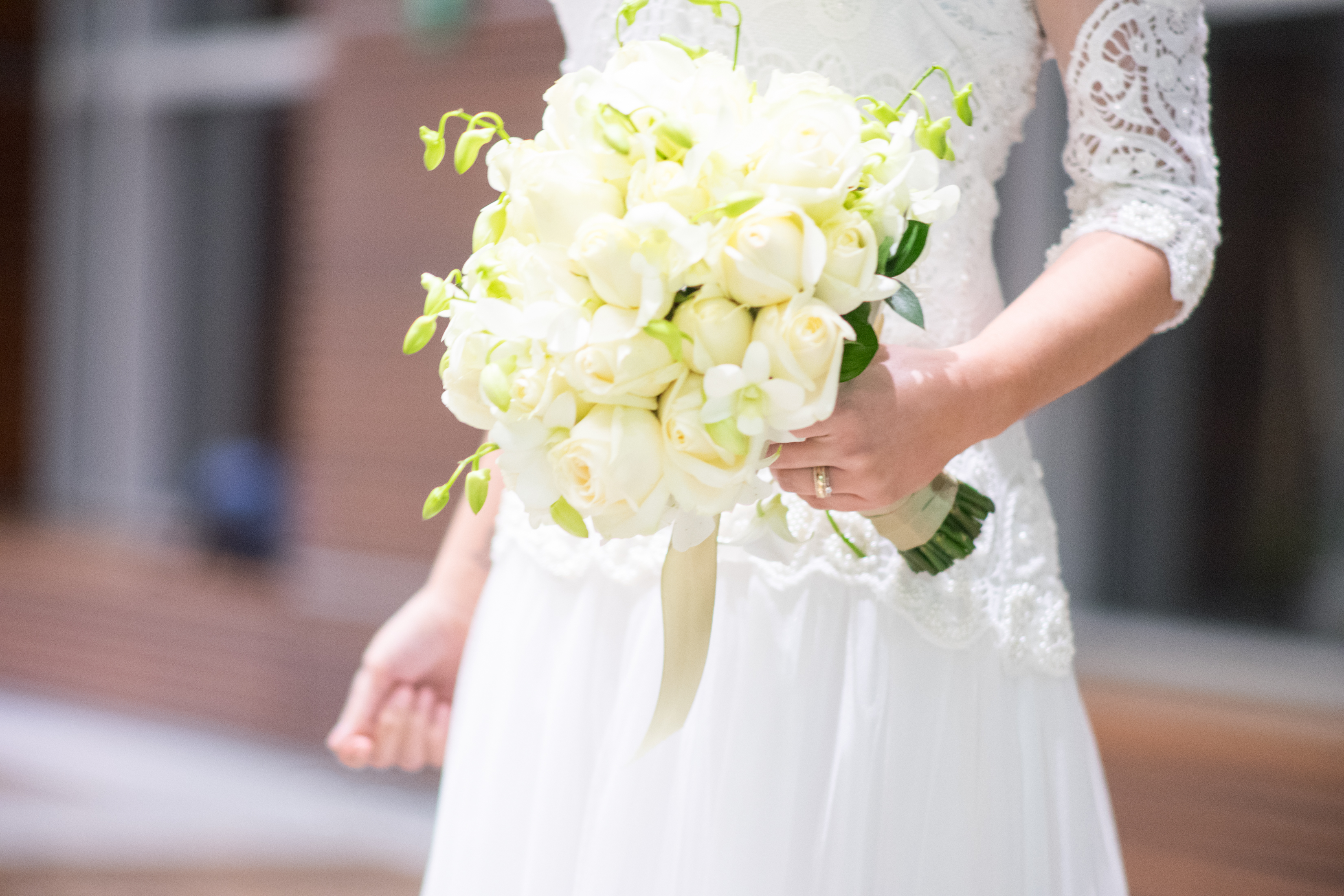 Buquê de flores e detalhe de vestido