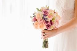 Buquê de flores e vestido de noiva