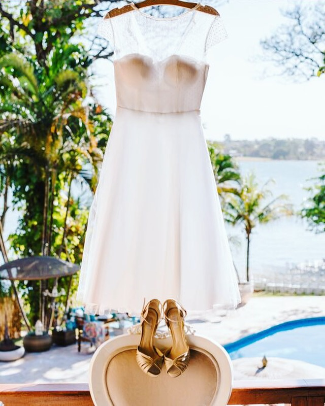 Vestido de noiva leve branco, curto.