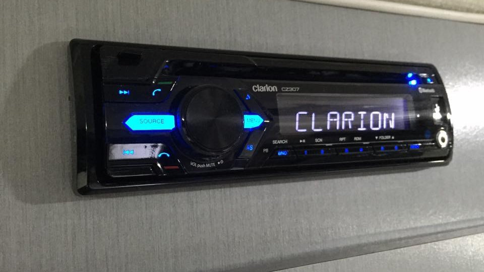 Clarion Stereo/ Speakers/ CD/ Blutooth