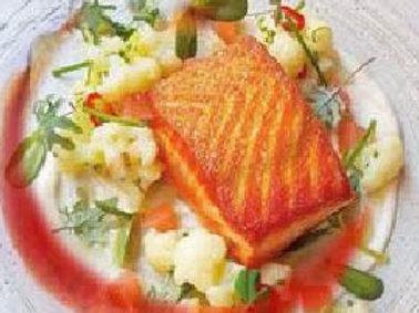 Lườn cá hồi chiên bơ sauce củ dền, rau theo mùa,khoai tây nghiên