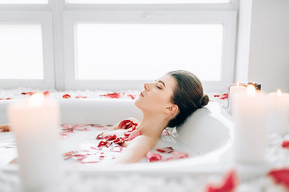 woman-sleeps-in-the-bath-with-foam-rose-