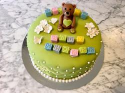 Grön tårta m. kuber, blommor & nalle