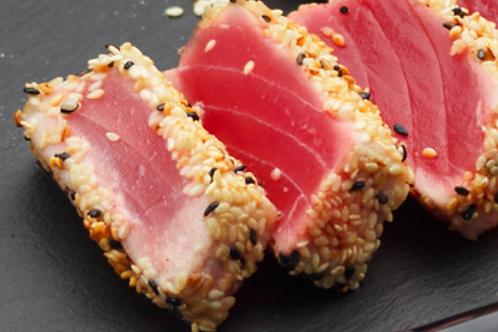 Tataki de thon oruge, salade de akamé, croustillant de ciabatta