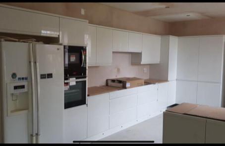 Integrated Hi Gloss White Handleless Kitchen
