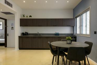 עיצוב מטבח ופינת אוכל בדירת אירוח לטווח קצר בתל אביב airbnb