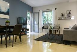 עיצוב פינת אוכל וסלון בדירת אירוח לטווח קצר
