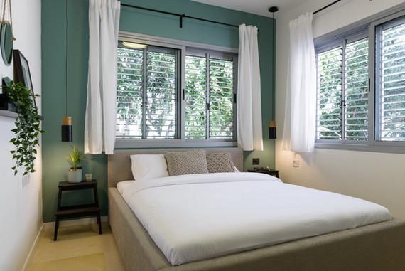 עיצוב חדר שינה בסגנון בוהו שיק בדירת אירוח לטווח קצר בתל אביב airbnb