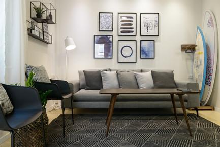 עיצוב סלון בהשראת ים וגלישה בדירת אירוח לטווח קצר בתל אביב airbnb