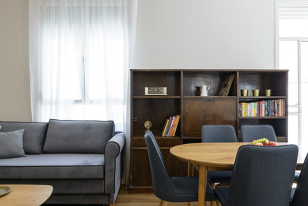 עיצוב סלון ופינת אוכל בסגנון וינטג׳ בדירת אירוח לטווח קצר בתל אביב airbnb