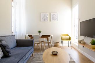 עיצוב סלון ופינת אוכל בסגנון וינטג׳ בדירה בתל אביב airbnb