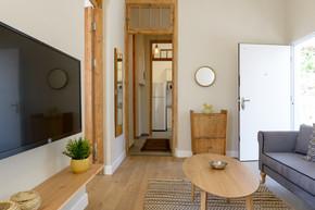 עיצוב וינטג׳ לסלון בדירת אירוח בתל אביב airbnb