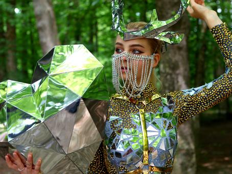 Spiegel-Kostüme von LED-Edelseinen