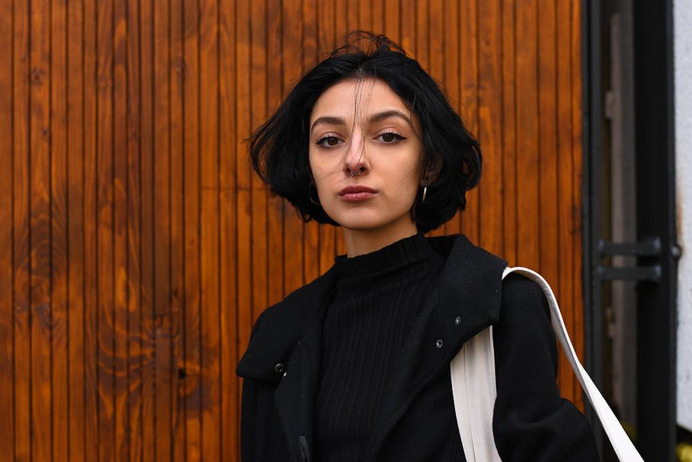 Portrait di una donna con un septum piercing