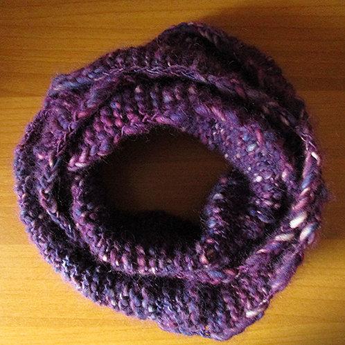 Ljubičasti pleteni šal spojenih krajeva
