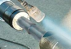 Изоляция стыка с помощью ТУ муфты. Прогреть поверхности оболочек пропановой горелкой