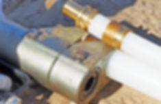 надвинуть инструментом гильзу на фитинг на первой трубе до упора