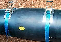 Технология изоляции стыка труб ППУ с помощью электросварных муфт. края муфты стягиваются бандажными ремнями.