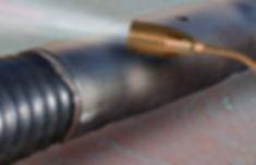освободить термоусаживающуюся муфту от упаковки и надвинуть на стык. Прогреть края муфты горелкой до полной усадки на трубу