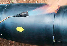 Технология изоляции стыка труб ППУ с помощью электросварных муфт. Края муфты усаживаются мягким пламенем пропановой горелки.