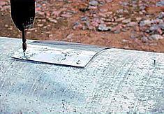 Технология изоляции стыка ППУ в оцинкованной оболочке. Надвинуть крышку на заливочное отверстие и зафиксировать по углам саморезами