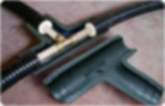 Монтаж тройника ТВЭЛ-ПЭКС. Установить половину кожуха под тройниковое соединение элементов трубопровода