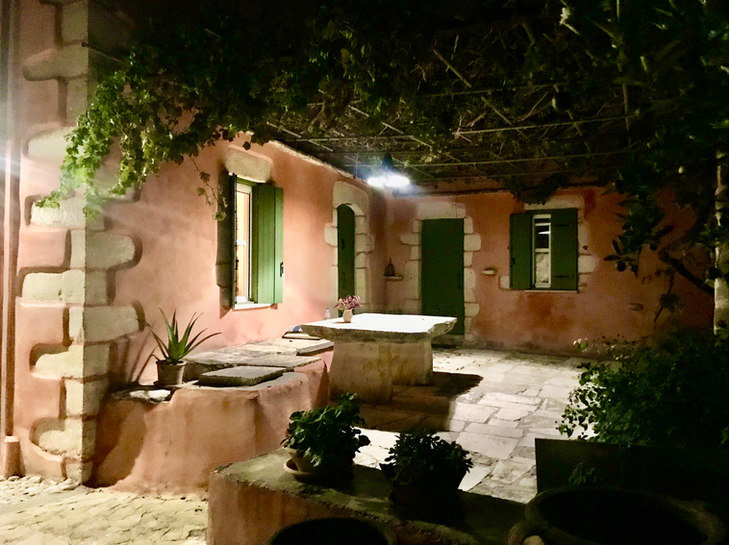 The terrace by night