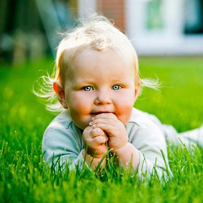 baby-in-grass_fmaovr.jpg
