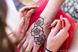 henna artist goes to a classroom in grand rapids