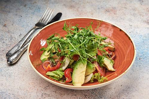 Салат зі свіжих овочів з авокадо