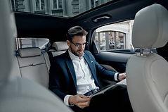 hombre-leyendo-en-el-auto-coche.jpg