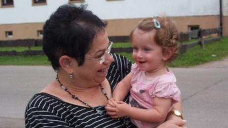 נטע מגלה את הפנים של סבתא