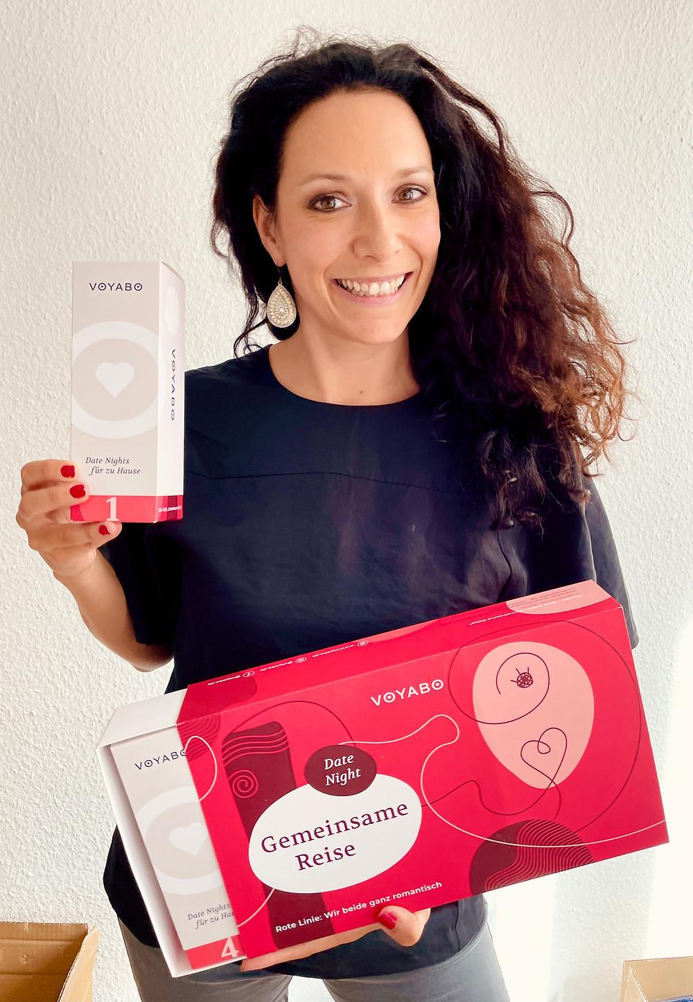 """Voyabo Gründerin mit Geschenkbox: Irmela und die Voyabo Date Night Box """"Gemeinsame Reise"""""""