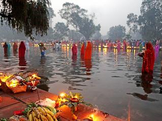 Des centaines de milliers de foyers indiens célèbrent la fête du Soleil