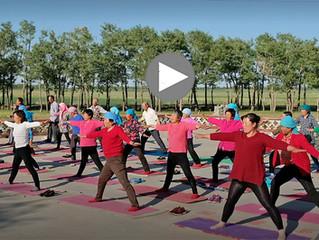 Agriculteurs chinois font du yoga