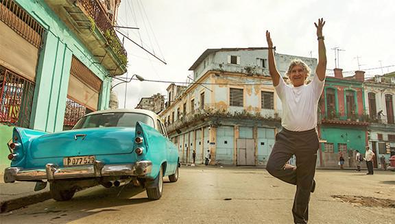 Le joyeux Parrain du Yoga, Eduardo Pimentel dans les ruelles de la Havane.