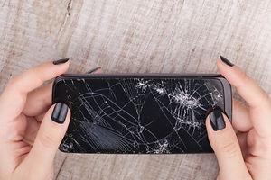 smartphone-with-broken-screen-girl-s-han
